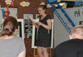 Eleverne fra 8. årgang på Måløvhøj Skole havde mange kreative bud på en alternativ uddannelsesvejledning til deres forældre. Her er det Mia, der laver en poetry slam til ferniseringen for forældrene som afslutning på entreprenørforløbet.